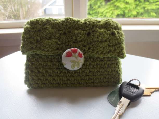 A cute little crochet clutch with a DIY fabric button!