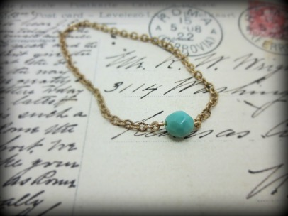 Gold bracelet with turquoise glass.